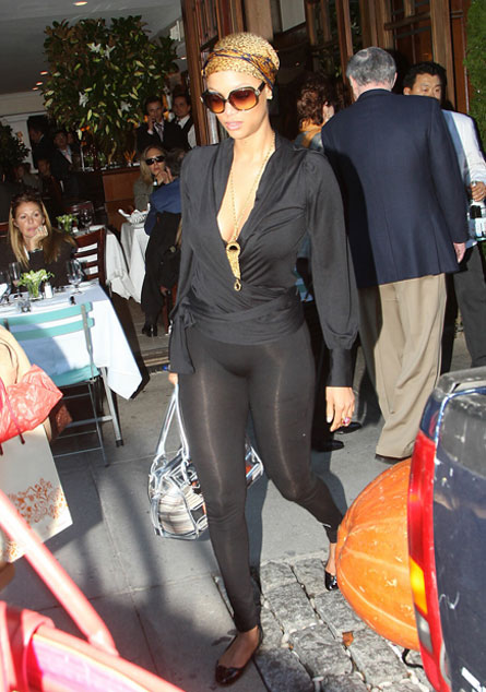 Tyra Banks leggings exposed